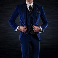 trajes de terciopelo para hombre imagen. al por mayor-Esmoquin de novio de terciopelo azul real para ropa de boda Chaqueta de tres piezas Pantalones Chaleco Solapa de pico negro Trajes de fiesta personalizados para hombres