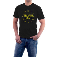 34f2908af07 Tempus Fugit T-shirt Tempo Frase Latina Voa Relógio Relógio Genérico  Logotipo Comp