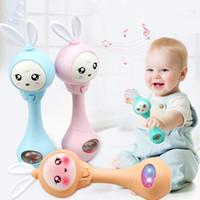 brinquedos de bebê cor música venda por atacado-Mão do bebê Chocalhos Sinos 4 Cores Educação Brinquedos Quebra-cabeça Música E Luz Tremendo Chocalhos Indução Brinquedos Do Bebê