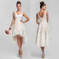 vestido de novia de playa corto de marfil al por mayor-Vestidos de novia de encaje corto con escote en v sin espalda Una línea de vestidos de novia de marfil con baño de playa con encanto