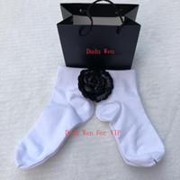 frauen stil socken großhandel-Socken der Luxusart 2pair / lot mit warmem Parteigeschenk-Weihnachtsgeschenk des Firmenzeichens Baumwollfür klassische Frauen