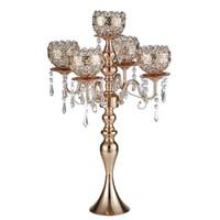 große kerzen großhandel-63 cm große 5-armige Kerzenleuchter aus Metall in Gold mit Anhängern Romantische Hochzeitstafel Kerzenhalter Dekoration
