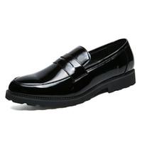zapatos de cuero marrón para hombres al por mayor-Zapatos de charol de la marca de los hombres del dedo del pie en punta Oxfords Zapatos de vestir del hombre de la manera de Brown Zapatos de borla de la boda del negocio Zapatos Hombre