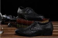 tejidos de encaje estilos al por mayor-2018 Nuevo estilo Zapatos de vestir de los hombres Zapatos de boda de cuero negro con cordones Patrón Remaches Zapatos de la demostración del partido Hombre Negro Etapa Zapatos M614