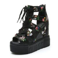 пятно украшения оптовых-Хи Гранд цветочные украшения 2018 женщин Клин сандалии на высоком каблуке кружева Up сандалии носить женщин отпуск обувь