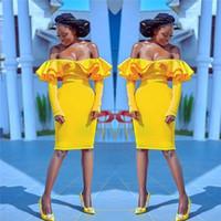 ingrosso vestito di promenade giallo a ginocchio-Abiti da festa da cocktail con spalle scoperte Increspature a maniche lunghe di colore giallo con maniche lunghe a sirena africana Abito da cerimonia per la casa vestito da promenade corto in raso