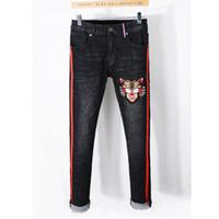ingrosso pantaloni della striscia della tigre-Pantaloni affusolati ricamati della tigre degli uomini di stile della nuova Italia Striscia rossa dei pantaloni sottili dei jeans skinny neri