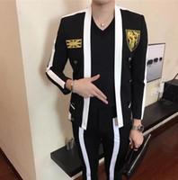 xxl roupa coreana venda por atacado-HOT 2018 Novo (terno + calça) cantor de roupas masculinas DJ GD preto branco costura emblema terno conjunto coreano slim trajes de palco vestido formal S-XXL