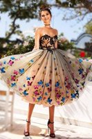 schwarzes trägerloses schatzkleidkleid großhandel-2018 SCHWARZES HOMECOMING-KLEIDER SWEETHEART LACE APPLIQUES MIT EINER LINIE STRAPLESS COLORFUL BUTTERFLY APPLIQUES TEA LÄNGE PROM DRESS