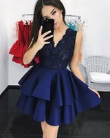 marineblau abgestuftes kurzes kleid großhandel-Navy Blue Tiered Homecoming Kleider Party Kleider V-Ausschnitt Lace Mieder Ärmellos Sweet 16 Short Dress