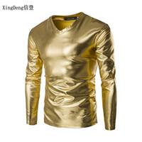 27239695da XingDeng dos homens tamanho grande gola redonda T-shirt primavera roupas  masculinas 2018 couro sexy DJ bar TOPS e show de roupas Boate