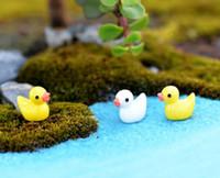 animais de jardim de resina venda por atacado-Criativo Mini Animal Branco / Amarelo Pato Brinquedos Pingente Musgo Micro Paisagem Resina Artesanato Decoração de Jóias Ornamentos de Jóias