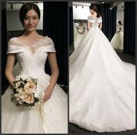 vestidos florales en linea al por mayor-Organza de raso en línea Appliqued cordón de la bola de vestidos de novia vestido con flores apliques de abanicos para boda Al por mayor