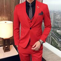 traje rojo para hombre de boda al por mayor-Tres piezas del partido de la tarde de color rojo trajes de los hombres 2018 solapa enarbolada ajuste ajuste por encargo de la boda smokinges (chaqueta + pantalones + chaleco)