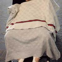 erkek çocuk battaniyesi toptan satış-Moda Klima Battaniye Bebek Bebek Erkek Kız için Örme Pamuk Yumuşak Kundaklama Tasarımcı Mektup Çocuklar için Lüks Battaniye