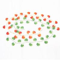 künstliche reben großhandel-30 blätter künstliche rote ahornblätter rebengrün gefälschte pflanzen efeu rattanrohr hängenden girlanden pflanze hochzeit home party dekoration 2,4 mt länge