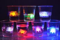 ingrosso mini cubetti ghiacciati-Mini LED Party Lights Colore quadrato che cambia LED cubetti di ghiaccio Cubetti di ghiaccio incandescente Lampeggiante lampeggiante Novità rifornimento del partito