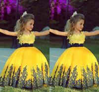 ingrosso vestito dalla ragazza di fiore del raso giallo-Jewel Satin Appliques Abito da ballo di lunghezza del pavimento di pizzo Abito da ragazza di fiore giallo da sposa carino Nuova venuta