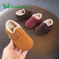 124e20bd4 Claladoudou 12-15.5 CM Bebê Flats de Couro Genuíno Fluff Quente Fivela  Vermelho Primeiros Caminhantes Marrom Da Criança Sapatos de Chão para Casa  Sapatos ...