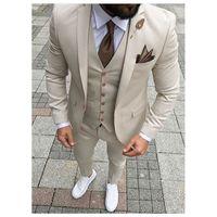 ingrosso tuxedos disegni per gli uomini-Ultimi Disegni del Cappotto della Mutanda Abito da uomo beige Prom Tuxedo Slim Fit 3 pezzi Abiti da sposo dello sposo Per uomo Blazer personalizzato Terno Masuclino