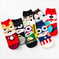красочные носки для мужчин оптовых-10 пар / лот мода красочные счастливые носки мужчины недавно мультфильм Мститель мягкий дышащий хлопок короткие носки повседневная Смешные носки мужской