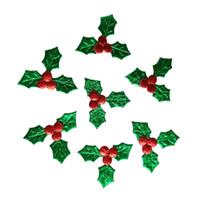 cadeau natal achat en gros de-500 pcs Vert Feuilles Baies Rouges Applique Joyeux Noël Ornement Boîte Cadeau Accessoire Bricolage Artisanat Natal Home Décoration Nouvel An
