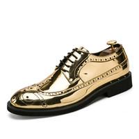calçado de baile de salto baixo venda por atacado-Ouro prata cool desinger brogue oxford sapatos para homens italiano formal vestido de baile calçado novos sapatos masculinos de couro patente apartamentos