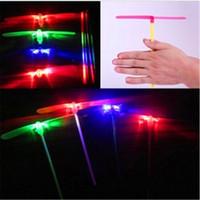 vuelo dirigido al por mayor-Plástico LED Light Flight Bamboo Dragonfly Toy Novedad Niños Regalo Multi Color Hot Sale 0 41jr C