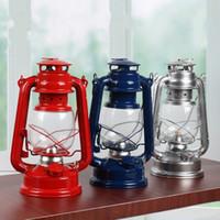lanternas de vidro de ferro venda por atacado-Clássica Retro Lâmpada de Querosene de Metal Ferro Pendurado Tenda Lanterna À Prova de Vento de Vidro Abajur Luz Para Acampamento Ao Ar Livre 9 8xh B