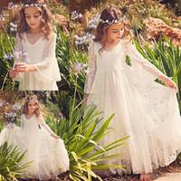 gelinlik plaj kızı toptan satış-2018 Yeni Plaj Çiçek Kız Elbise Beyaz Fildişi İlk Communion Elbise Küçük Kız V Yaka Uzun Kollu A-Line Ucuz Çocuklar Düğün Elbise