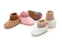 botas de goma para niños calientes al por mayor-Venta caliente botas de bebé Bebés de invierno / zapatos para niños Suela de goma para niños pequeños Botas para bebés Prewalker Diseño de botones para los primeros caminantes