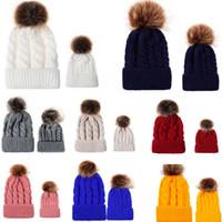 çok renkli örme şapkalar toptan satış-Çok renkler yeni geliş Yetişkinler çocuklar düz renk kürk topu kış şapka örme pamuk Bere kapaklar aile eşleştirme şapkalar ücretsiz kargo