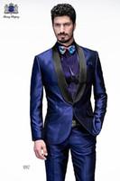 blaue glänzende hose großhandel-Klassische Groomsmen Schal Revers Bräutigam Smoking Shiny Blue Herren Anzüge Hochzeit / Prom Trauzeuge Blazer (Jacke + Hose + Fliege) M296