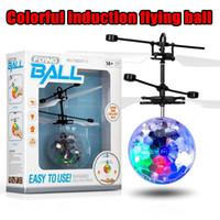 paquetes de juguetes para niños al por mayor-Volar helicóptero helicóptero bola aeronave ha llevado a la luz que destella los juguetes Juguete eléctrico de inducción sensor de niños hijos de Navidad con el paquete