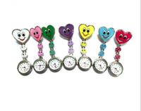 ingrosso orologio della tunica dell'infermiera-Orologio a forma di cuore da cartone animato sorriso faccia infermiera orologio clip su spilla da tasca appeso orologio da tasca fobwatch infermiera orologio da tunica medica