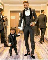 karakalem gri erkekler için uygun toptan satış-Yakışıklı Kömür Gri Şal Yaka Groomsmen Bir Düğme Damat Smokin Erkek Takım Elbise Düğün / Balo / Akşam Yemeği En Iyi Adam Blazer (Ceket + Pantolon + Kravat + Yelek)