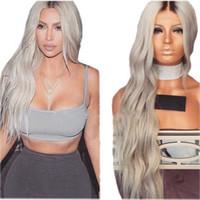 pelucas grises para mujeres negras al por mayor-Peluca delantera sintética ondulada rizada natural del cordón con la peluca resistente al calor del pelo del bebé la peluca larga de Ombre del pelo de la densidad del 180% para las mujeres negras