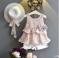 kız beyaz şifon elbise kısa toptan satış-Anlencool Yeni Yaz Moda Çiçek Şifon İnci Yay Elbise + Beyaz Şort + Şapka 3 Adet / takım Takım Elbise Çocuklar Için Giysi Set Giyim