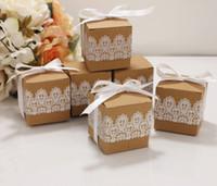 caja cuadrada fiesta blanca al por mayor-Craft Kraft Papel Cajas de dulces Caja cuadrada con encaje blanco con cinta Cajas de regalo romántico creativo Banquete de boda del favor del regalo