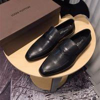 sapatas de vestido de couro de patente italianas venda por atacado-Hot Italian Loafers Bottom Sapatos de Festa de Casamento Designer de Luxo BLACK PATENTE de COURO Camurça com borlas Spikes Studded sapatos vestido para mens
