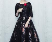 vestidos de noche negros tres cuartos al por mayor-Impresionantes vestidos de noche de encaje negro Scoop mangas tres cuartos longitud del piso cremallera espalda vestidos de baile de impresión floral vestidos de noche baratos