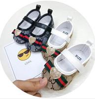 bebek kayağı ayakkabıları toptan satış-Bebek Ayakkabıları Yüksek Kalite Yumuşak Alt kaymaz Deri Spor Ayakkabı Bebek Yürüyor Boys Için Deri T-bağlı Unisex ayakkabı