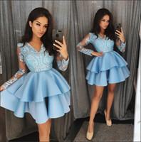 vestidos ligeros al por mayor-Azul claro con cuello en V Encaje Una línea Vestidos de Fiesta Mangas largas Apliques en niveles Vestidos de fiesta de cóctel de fiesta corta