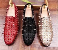 nuevos zapatos largos al por mayor-2018 nuevo hecho a mano remache de oro largo hombres mocasines inferiores rojos caballero lujo moda estrés zapatos hombres boda y fiesta resbalón en pisos