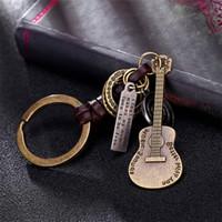 musikinstrumente klingelt großhandel-Legierung Vintage Gitarre Schlüsselanhänger Musikinstrument Geflochtene Rindsleder Schlüsselanhänger Anhänger Geschenk Für Freunde 5 STÜCKE