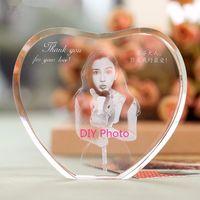 kalpler fotoğraf çerçevesi toptan satış-XINTOU Kalp Kristal Fotoğraf Çerçevesi Özel 2D / 3D Lazer Oyma Bebek, Aile, Seyahat, düğün Resim Ile ayakta Cam Çerçeveler Için