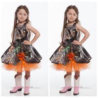 ingrosso vestiti arancioni di fiore di lunghezza del ginocchio-La ragazza poco costosa del fiore di Camo degli spaghetti svegli si veste i fiori fatti a mano di lunghezza del ginocchio ha ornato le ragazze su ordinazione degli abiti del partito della festa nuziale delle ragazze arancio