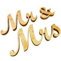 hochzeitsstand requisiten großhandel-Hochzeit Tisch Herzstück Dekoration Golden Glitter Herr Frau Holz Brief Hochzeit Ehe Photo Booth Prop Party Gefälligkeiten
