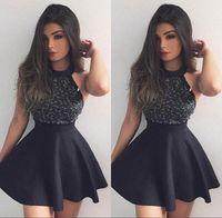 sırtsız siyah kokteyl elbiseleri toptan satış-Kısa Dantel Siyah Mezuniyet Elbiseleri A Hattı Halter Pleats Backless Mini Parti Gelinlik Modelleri Mütevazı Kokteyl Elbise