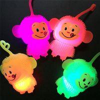 levou espremer luz venda por atacado-Brilhante Luminosa Led Light Up Brinquedos Macio Elastic Macaco Bola Squeeze Boneca de Brinquedo Engraçado Presentes Do Partido para o Bebê Crianças